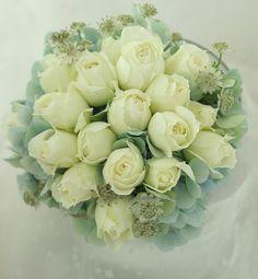 ラウンドブーケ アンティークに かすかな青で : 一会 ウエディングの花