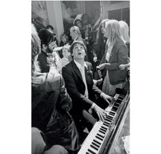 Paul McCartney par Terry O Neill http://www.vogue.fr/photo/le-portfolio-de/diaporama/les-photos-de-terry-o-neill/12862/image/747253#!paul-mccartney-par-terry-o-neill