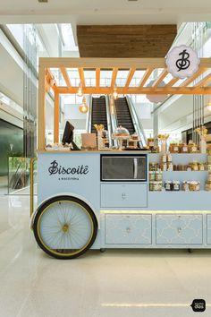 Biscoitê | Carrinhos para Shopping | Studio Dias Kiosk Design, Cafe Design, Booth Design, Store Design, Food Cart Design, Food Truck Design, Coffee Carts, Coffee Shop, Food Business Ideas
