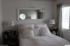 sänky,yöpöytä,lamput,peili,siivet,makuuhuone,makuuhuoneen sisustus,maalaisromanttinen,maalaisromanttinen sisustus