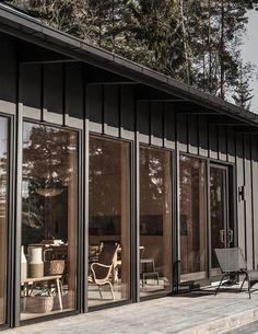 Furudrömmen i Kungsdalen ett stenkast från staden Black House Exterior, Interior And Exterior, Exterior Design, Build My Own House, My House, Building A House, Andreas Martin, Small Barns, Small Living Room Design