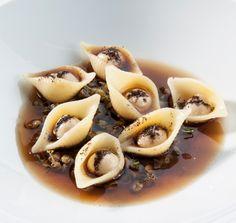 Conchiglie di pasta, liquirizia, germogli di lenticchie e brodo di porro - chef Andrea Berton (Foto: F.Brambilla-S.Serrani)