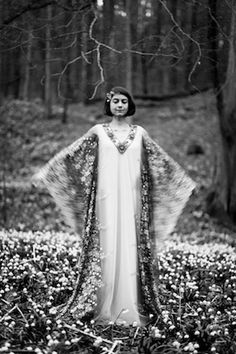 An Art Deco wedding inspiration shoot in Austria with an Art Deco wedding dress. Art Deco Wedding Inspiration, Art Deco Wedding Theme, Art Deco Wedding Dress, Wedding Decorations, Wedding Dresses, Style Année 20, Lace Veils, Gatsby Wedding, Gustav Klimt