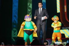 Host Jaime Camil (C) speaks onstage with the Kiddies during the Kids Choice Awards Mexico 2013 at Pepsi Center WTC on August 31, 2013 in Mexico City, Mexico.  (Photo by Victor Chavez/WireImage)