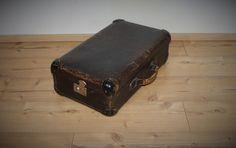 Vintage Koffer - Interessantes vintage Köfferchen öffnet seitlich - ein Designerstück von Pfaennle bei DaWanda Shops, Suitcase, Etsy, Vintage Suitcases, Tents, Retail, Briefcase, Retail Stores