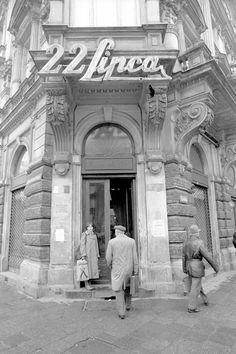 Wejście do sklepu Wedla wkamienicy przy ul. Szpitalnej wWarszawie, 1989 r. fot. Tomasz Wierzejski/Agencja Gazeta