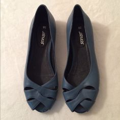 Blue cut out flats:) 💙 In a very good condition except for small scratch in the back. Not sure if true to size since I can't fit it them 👡. Euro size 38.    ▫️▫️▫️▫️▫️▫️▫️▫️▫️▫️▫️▫️▫️▫️▫️➡️📱Follow me on Instagram: @moveinstylemis.                                                    👍💻 Like me on Facebook: Move in Style by Marta Bubka                                                           ✅🎥 Subscribe to my YouTube channel: @moveinstylebymarta 💋✨ Senze Shoes Flats & Loafers