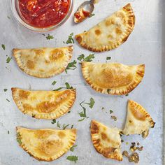 Allerhande Empanadas recipe - looks delicious, I'm going to try this really soon. Samosas, Mexican Food Recipes, Beef Recipes, Cooking Recipes, Hamburger Recipes, Giant Food, Savory Pastry, Dutch Recipes, Snacks Für Party