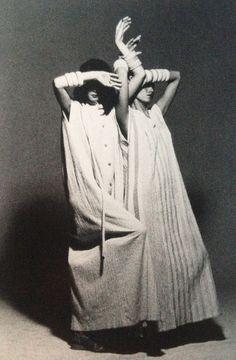 """Pleats Please"" by Issey Miyake, Photo: Irving Penn. 70s Fashion, Fashion History, Look Fashion, Vintage Fashion, Fashion Design, Fashion Details, Yohji Yamamoto, Tamara Lempicka, Portrait"
