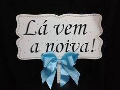 Placa Lá vem a noiva!!! Branca com PEROLAS e laço AZUL e mini broche de strass R$ 59,90