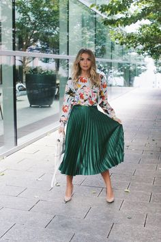 21 Cool Outfits With Green Pleated Skirts Green Skirt Outfits, Green Pleated Skirt, Pleated Skirt Outfit, Metallic Pleated Skirt, Dress Outfits, Pleated Skirts, Dresses Dresses, Work Fashion, Skirt Fashion
