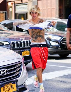 Justin Bieber Takes Off His Shirt on the Streets of NYC!: Photo It's hot outside, but Justin Bieber is hotter! Justin Bieber 2018, I Love Justin Bieber, Justin Beiber Shirtless, Sagging Pants, Jesse Mccartney, Bae, Younger Skin, Beautiful Men, Sexy Men