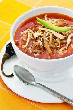 La sopa de tortilla es un clásico de la cocina mexicana, ahora agrega pollo y puedes estar seguro que a tus invitados les va a encantar.  Pinterest ;) | https://pinterest.com/cocinadosiempre