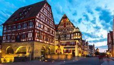 Il villaggio di Pinocchio Un borgo medievale della Baviera racchiuso all'interno di antiche mura fortificate. E' uno dei villaggi più visitati della Germania per via della sua architettura tipica e ancora ben conservata. Si trova lungo una delle rotte turistiche più frequentate, la Romantische Strasse, che collega Füssen, sulle Alpi bavaresi, nei cui dintorni si trovano i famosi castelli reali della Baviera.Pare che al borgo di Rothenburg ob der Tauber si sia ispirato Walt Disney per…