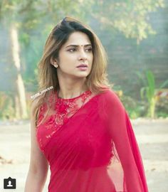 TV fashionista Jennifer Winget can slay any outfit Indian Bridal Outfits, Indian Designer Outfits, Bollywood Designer Sarees, Saree Look, Red Saree, Silk Saree Blouse Designs, Saree Trends, Saree Models, Simple Sarees