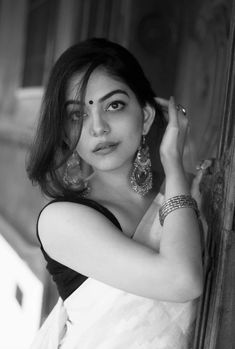 Lovely Girl Image, Cute Girl Photo, Girl Photo Poses, Indian Photoshoot, Saree Photoshoot, Portrait Photography Poses, Photography Poses Women, Portraits, Girl Pictures