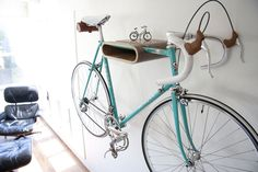 """Cuantos colgadores de bicis bonitos que se están haciendo últimamente. Creo que sigo prefiriendo el """"altito"""" de Biker hanger#1, pero a falta de techos altos, esta otra opción no está nada mal.         by Daniel Ballou"""