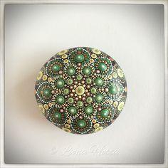 Pretty Autumn's Jewel Stone Mandala de LionaHotta en Etsy https://www.etsy.com/es/listing/548872604/pretty-autumns-jewel-stone-mandala
