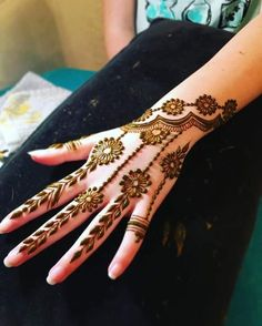 Finding the best simple and easy mehndi designs? I have curated the best top 25 simple mehndi design images. So, If you are looking for a simple mehndi design then you must chec Finger Henna Designs, Mehndi Designs For Beginners, Unique Mehndi Designs, Mehndi Designs For Fingers, Beautiful Mehndi Design, Mehndi Designs For Girls, Arabic Mehndi Designs, Henna Tattoo Designs, Henna Designs Feet