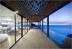 Voici ma dernière trouvaille, il s'agit d'une maison de rêve, conçue par WRM Architects, un refuge ultime pour passer des vacances paisibles. Cette maison en bois écologique est calée confortablement dans une falaise à Los Arcos au Chili, offrant à ses hôtes une vue imprenable et époustouflante sur la mer et le ciel. L'étage emploie un système de baies vitrée et de parois coulissantes, permettant une meilleure flexibilité des pièces, le but étant de créer un plus grand sentiment d'espace et…
