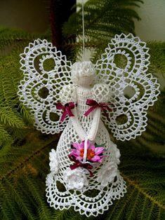 Crochet angels sing for Christmas - Crochet Works Crochet Christmas Ornaments, Christmas Crochet Patterns, Holiday Crochet, Crochet Snowflakes, Angel Ornaments, Christmas Angels, Christmas Crafts, Christmas Decorations, Crochet Angel Pattern