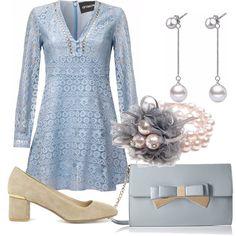 Colori delicati, gentili: vestito corto azzurro scollo a V in pizzo, con gonna a campana. Décolletè beige con tacco basso. Tracolla azzurra con fiocco. Delizioso bracciale in perle con tulle. Orecchini pendenti in perle.