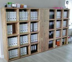 Steigerhouten boekenkast met afgesloten gedeelte.