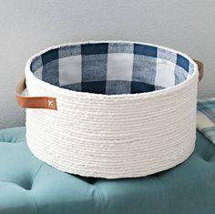 DIY Lined Rope Basket with Handles – Çantalar Sepetler – Kreativ Rope Crafts, Diy Home Crafts, Craft Stick Crafts, Kids Crafts, Rope Basket, Basket Weaving, Gift Bag Storage, Diy Storage Basket, Diy Para A Casa