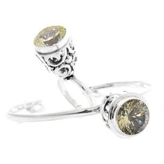 Set realizat din argint, ornamentat cu pietre de lemon cuarț fațetate. Acesta este format dintr-o brățară care are dimensiunile egale cu 6 x 5 cm și inel, mărimea 55.  Cod produs: CS1047 Greutate: 27.13 gr. Lungime: 2.00 cm Circumferință inel: 55 mm