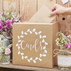 Die Kartenbox aus Kraftpapier mit dem kalligrafischen Schriftzug ist für Eure Gäste eine schöne Möglichkeit Ihre Glückwunschkarten, Geldgeschenke etc. an Eurer Hochzeit einzuwerfen. Größe: 25 x 25 cm