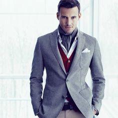 Schöne, herbstliche Alternative zur Krawatte: Leichte Schals aus edlen Stoffen unter dem offenen Hemd getragen!