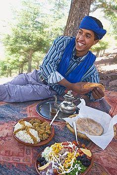 Almuerzo Berber Berber típico de arroz y kafta en salsa, ensalada, pan y té de menta en un día de campo en el valle de Ait Mizane, Alto Atlas, Marruecos, África del Norte, África