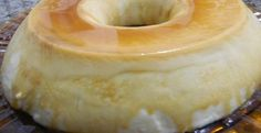 Pudim de beijinho de geladeira - lata de leite condensado 150g de coco fresco ralado 1 lata de creme de leite 1 tablete de chocolate branco 1/3 de xícara (chá) de leite 200 ml de leite de coco 2 envelopes de gelatina incolor sem sabor Cravos da india ½ xícara de chá de água para dissolver a gelatina 3 claras em neve Cobertura de Chocolate