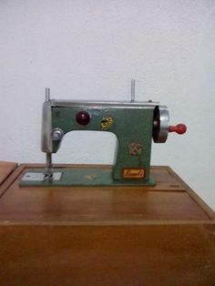 Está maquina de costura da marca Bambi, costura de  verdade! Antiguidade dos anos 60 Em excelente estado de conservação! única peça!