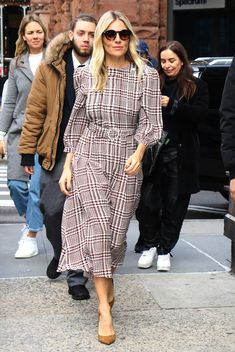 Sienna Miller stepped out in New York wearing a houndstooth dress by Alessandra Rich, proving it will be a trending print this season. Winter Trends, Latest Outfits, New Outfits, High Street Dresses, Sienna Miller Style, Pencil Skirt Work, Houndstooth Dress, Check Dress, Star Fashion