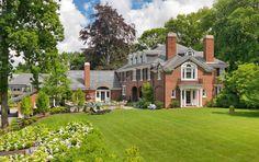 這間宅邸可是小有名氣喔!建於1917年,本來是波士頓金融家的住宅,後來戰爭時成為美國參議員和美國國務卿的住所。建築是喬治亞風格Georgian,保留了原有的建築細節,雖然房子的新主人喜歡原來的樣子,但考量空間佈局並不適合家庭的生活方式,因此重新規劃適合一家人的生活格局,讓居住環境更加舒適。 via Meyer & Meyer, Inc.