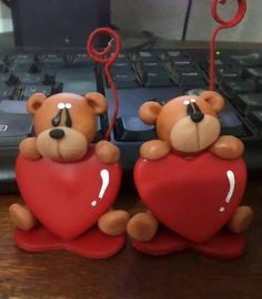 Enamorados. Polymer Clay Sculptures, Sculpture Clay, How To Make Chocolate, Chocolate Making, Clay Bear, Baby Cake Topper, Bear Valentines, Fondant Decorations, Cute Clay