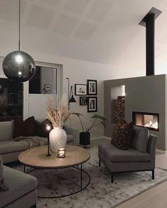 Skandinaavisen pelkistetty sisustus, jonka vaalea ja harmaa värimaailma saa kontrastia puusta ja metallista. Home Design Decor, House Design, Home Decor, Sweet Home, Land Scape, Ceiling Lights, Living Room, Lighting, Architecture