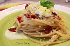 Gli spaghetti con pomodori secchi, crema di burrata e granella di taralli, semplici e veloci da preparare, saranno un'esplosione di sapori e di consistenze!