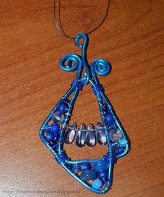 Tante piccole idee realizzate: Pendente per collana o portachiavi, in fili di alluminio  wire blu e perline blu e azzurre