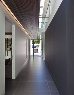 Awesome Modern Home Corridor Design, das Sie inspirieren – Corridor 2020 Foyers, Residential Architecture, Interior Architecture, Rustic Dining Chairs, Dining Table, Large Format Tile, Modern Hallway, Modern Entrance, Concrete Forms