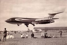 Handley Page Victor prototype landing at the Farnborough Air Show, Hampshire, Great Britain, August 1953 Handley Page Victor, Military Jets, Military Aircraft, Military Weapons, Vickers Valiant, V Force, War Jet, Avro Vulcan, Jet Plane