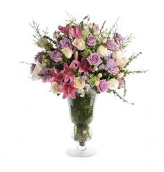Vaso tipo taça de vidro com mix de flores  Composto por Lírios, Rosas Chá e Lilás Galhos e Hortensias Verdes em vaso de vidro