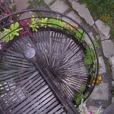 Growing things on an outdoor spiral staircase! Garden Projects, Garden Tools, Self Watering Planter, Stair Steps, Stairway To Heaven, Landscaping Plants, Outdoor Gardens, Rooftop Gardens, Stairways