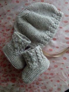Today I bring you the recipe for a cap and baby boot. Baby Booties Knitting Pattern, Knit Baby Shoes, Knit Baby Booties, Baby Boots, Baby Knitting Patterns, Knitting Designs, Knitting Socks, Baby Patterns, Knitted Hats
