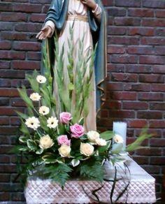 헌화회 꽃꽂이 새벽 5시에 꽃시장에 가서 꽃을 사왔다. 꽃장님이 주님 승천 대축일을 기념하여 꽃았다. 구름을 타고 하늘로 오르는 형상을 의인화했다 제대앞 독서대앞 (혼인 갱신식을 기념하기 위해 하트를 형상했다)