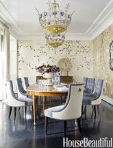 Love this dining room! Wayne doesn't like fabric on both sides of chairs - I do. Dining room by Hillary Thomas and Jeff Lincoln features de Gournay wallpaper Plum Blossom, blue and white tufted chairs, and a magnificent chandelier. De Gournay Wallpaper, Chinoiserie Wallpaper, Chinoiserie Chic, Dining Chairs, Dining Table, Dining Rooms, Room Chairs, Dining Area, Banquette Dining