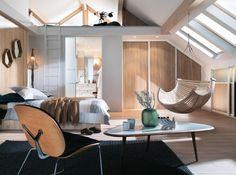 Mezzanine, grandes fenêtres de toit, placards de rangement à portes coulissantes: cette chambre en bois clair à l'esprit scandinave a tout bon! Mobalpa