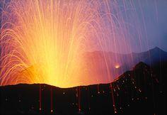 Las erupciones estrombolianas se caracterizan por una explosión intermitente de lavas basálticas en forma de fuente, saliendo de un único cráter. Cada episodio es causado por la acumulación de gases volcánicos y ocurren de forma rítmica unas veces e irregular otras. Los fragmentos de lava consisten en bombas volcánicas que son redondeadas cuando se lanzan volando a través del aire.