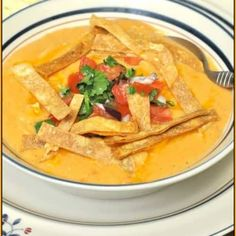 Enjoy a taste of the Southwest, with this delicious Chili's Chicken Enchilada Soup recipe (copycat), with pico de gallo and tortilla strips! Mexican Food Recipes, Soup Recipes, Chicken Recipes, Cooking Recipes, Cooking Ideas, Recipies, Chili's Chicken Enchilada Soup, Chicken Chili, Cheesy Chicken
